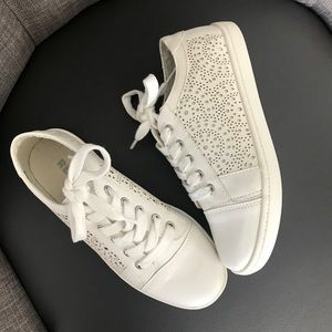 Brand new! Never worn! Girls Report sneakers